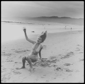 1951 / Marilyn près des studios de la Fox, sous les objectifs des photographes Earl THEISEN et Anthony BEAUCHAMP.