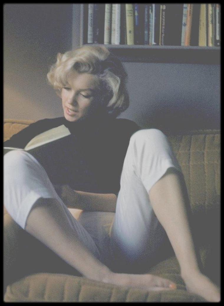 Mai 1953 / Marilyn sous l'objectif d'Alfred EISENSTAEDT dans son appartement sur Doheny Drive.