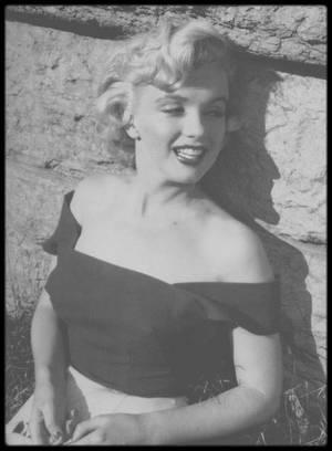 "1952 / Marilyn sous l'objectif de Jock CARROLL, notamment avec Henry HATHAWAY lors du tournage de ""Niagara""."