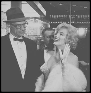 """29 Mars 1959 / (PART III) Marilyn et Arthur arrivent à la Première New Yorkaise du film """"Some like it hot"""" donnée au """"Lowe's Capitol Theater"""" ; Pour fêter la sortie du film, les STRASBERG donnèrent une réception dans leur appartement. Qu'il s'agisse ou non du meilleur film de Marilyn - de nombreux fans en sont convaincus - , ce fut certainement celui qui connut le plus grand succès; on continue à le projeter régulièrement, plus de quatre décennies après sa sortie. Les six premiers mois de l'année 1959, « Some like it hot » supplanta tous les autres films, et il détint, de nombreuses années durant, le record au box-office des comédies.  Elle reçut un Golden Globe pour son interprétation, le 8 mars 1960 (voir article dans le blog)."""