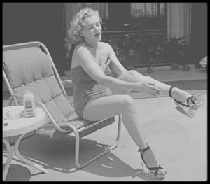 """1951 / Marilyn sous les objectifs de Phil BURCHMAN et Frank WORTH au """"Beverly Carlton Hotel"""" (""""The Avalon"""" aujourd'hui). En 1949 et 1950 Marilyn y avait une chambre, considérée comme son adresse officielle, alors qu'elle vivait avec Johnny HYDE sur North Palm Drive : En 1951 elle y retourna, après sa cohabitation avec Johnny HYDE et Natasha LYTESS."""