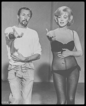 """1960 / Marilyn répétant un numéro musical (celui où elle chante """"My heart belongs to daddy"""") dans le film """"Let's make love"""" avec son chorégraphe et ami Jack COLE ; Il décida très tôt de faire carrière dans la danse avec la compagnie de danse """"Denishawn"""", que dirigeaient Ruth St.DENIS et Ted SHAWN. Il fit sa première apparition professionnelle en août 1930, et bien qu'il ait auparavant étudié la danse classique, il fut transporté par les influences asiatiques que """"Denishawn"""" utilisait dans ses chorégaphies et costumes. Il travailla également avec les pionniers Doris HUMPHREY et Charles WEIDMAN, mais il finit par quitter le monde de la danse moderne pour faire une carrière commerciale dans les night-clubs, dansant avec Alice DUDLEY, Anna AUSTIN et Florence LESSING. Il apparut également dans des comédies musicales de Broadway, débutant dans """"The Dream of Sganarelle"""" en 1933. Il fut pour la première fois cité en tant que chorégraphe dans """"Something's for the Boys"""" en 1943. Il est également cité en tant que chorégraphe et / ou metteur en scène de comédies musicales comme  """"Alice and Kicking"""", """"Magdalena"""", """"Carnival in Flanders"""", """"Zenda"""", """"Foxy"""", """"Kismet"""", """"A Funny Thing Happened on the Way to the Forum"""", """"Kean"""", """"Donnybrook !"""", """"Jamaica"""" et """"Man of La Mancha"""". Il étudia la danse indienne avec Bharata NATYAM et utilisa le matériau ethnique dans ses chorégraphies. Les """"Jack COLE Dancers"""" se produisirent dans les night-clubs tels que le """"Rainbow Room"""" à la fin des années 30. Il travailla sur des films tels que """"Moon Over Miami"""" (1941), """"Cover Girl"""", """"Tonight and Every Night"""" (1945), """"Gilda"""" (1946), """"Down to Earth"""" (1947), """"The Merry Widow"""" (1952), """"Meet Me After the Show"""" (1951), """"Gentlemen Prefer Blondes"""", """"On the Riviera"""" (1951), """"There's No Business Like Show Business"""", """"The I Dont' Care Girl"""", """"The Thrill of Brazil"""", """"Kismet"""" (1944), """"Les Girls"""" (1957), """"Let's Make Love"""", """"Some Like It Hot"""", """"Three for the Show"""" (1955), """"Lydia Bailey"""", """"Eadie was a Lady"""" et de nombreux """