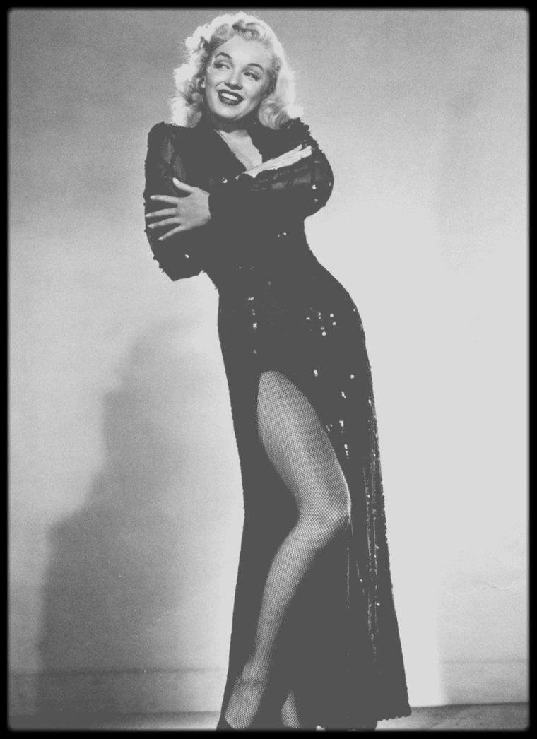 """1948 / Marilyn chante la chanson """"Every baby needs a da da daddy !"""" dans le film musical """"Ladies of the chorus"""" / Ce fut le seul film que Marilyn tourna pendant son passage de six mois à la Columbia. Le film fut tourné en l'espace de dix jours. Elle passait des rôles de figuration à un rôle secondaire, en interprétant le personnage de Peggy MARTIN, une choriste cherchant désespérément à épouser son séduisant fiancé appartenant au grand monde. Ce fut aussi son premier rôle chantant. Son professeur Fred KARGER, dont elle était tombée follement amoureuse, l'aida à donner une solide interprétation des chansons d'Allan ROBERTS et Lester LEE : « Every baby needs a da da daddy » (reprise dans « Okinawa » un film de 1952), et « Anyone can see I love you » (voir chanson dans le blog). Ce film marqua le début d'une collaboration de six années avec son professeur d'art dramatique, Natasha LYTESS. Sur ce tournage, Marilyn fut habillée pour la première fois par le créateur Jean-Louis, avec qui elle collabora à nouveau pour ses deux derniers films. Bien que son nom fût mentionné pour la première fois par Tibor KREKES dans une critique du """"Motion Picture Herald"""", son interprétation, qui n'avait pas convaincu le chef des studios Harry COHN, n'incita pas la Columbia à donner suite à leur collaboration."""