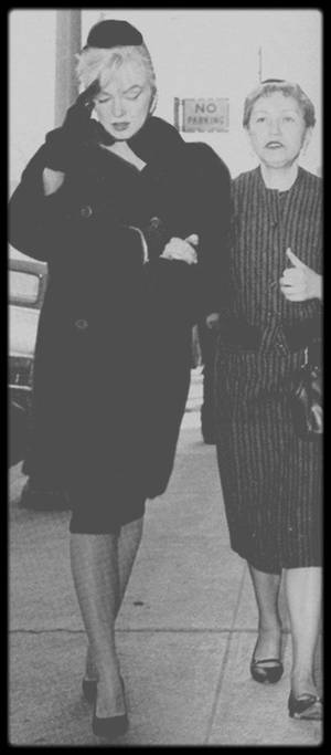 8 Mars 1961 / Accompagnée de May REIS (sa femme de chambre du moment), Marilyn assista à l'enterrement d'Augusta MILLER, la mère d'Arthur MILLER, malgré leur récente séparation et sa sortie de l'hôpital. Elle présenta ses condoléances à Arthur et réconforta son ex-beau-père, Isadore. Celui-ci devait subir une intervention chirurgicale lorsque son épouse décéda. Il quitta l'hôpital pour l'enterrer. Les jours suivants l'enterrement d'Augusta MILLER, Marilyn appela régulièrement Isadore, parla à son médecin et lui envoya des fleurs.