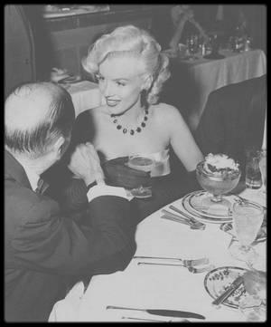 """1er Janvier 1953 / Marilyn et Joe sont conviés à la soirée """"Cinerama Party"""" au """"Cocoanut Grove"""" de """"L'Ambassador Hotel"""". De nombreuses personnalités sont conviées, notamment le partenaire de Marilyn dans le film """"There's no business like show business"""", Donald O'CONNOR."""