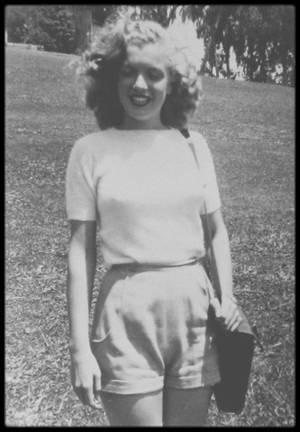 """1944-47 / LE PHOTOGRAPHE ED BAIRD SE SOUVIENT (photos retrouvées en 1973) / En 1944, il assista à un tournoi de golf en présence de stars, au """"Los Angeles Country Club"""". Il prit en photo une superbe blonde, qu'il reconnaîtra plus tard comme étant Marilyn.  Mais ces photos furent probablement prises après 1944, peut-être en août 1947 au célèbre tournoi de golf au """"Cheviot Hills Country Club"""", à West Los Angeles, où Marilyn servait de caddie à l'acteur John CARROLL : En 1944 en effet, Marilyn (encore Norma Jeane à cette époque), habitait North Hollywood et travaillait à la """"Radio Plane Munitions Factory"""", près de Burbank. De plus, elle ne se teignit les cheveux et devint blonde qu'à partir de décembre 1945."""