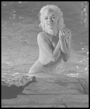 """1962 / """"MARILYN AND ME"""", LAWRENCE SCHILLER / En posant nue dans la piscine de """"Something's Got to Give"""" , son dernier film inachevé, la star platine rendit célèbre le jeune Larry SCHILLER. Rencontre et souvenirs à l'occasion de l'anniversaire de sa mort, le 5 août 1962.  Photographe, cinéaste, producteur, écrivain, conteur de la mémoire du cinéma, Larry SCHILLER est aujourd'hui un vieux pro de Hollywood. Cet homme rond, assuré et très direct, parle sans les embellir de ses deux rencontres successives avec Marilyn, blonde icône, vulnérable mais aussi volontaire et tenace. Ses photos d'elle nue sortant de la piscine de son tout dernier film sont devenues légendaires. / Retour sur images. / LE FIGARO. - Comment êtes-vous devenu le dernier photographe  de Marilyn ? / Larry SCHILLER. - J'étais un jeune photographe fougueux, une boule d'énergie, faisant plein d'erreurs. Je suis né en 1936 à New York, dans le quartier de Brooklyn, mais j'ai grandi à San Diego, en Californie. J'étais photographe car j'avais toujours eu du mal à lire et écrire. J'étais dyslexique. Je suis allé à l'université, mais juste dans les stades pour photographier les sportifs et dans les vestiaires pour photographier les filles ! J'ai fait le portrait de «la fille la mieux habillée d'Amérique» pour """"Glamour Magazine"""", ce genre de trucs que faisaient les jeunes photographes. J'ai vu à cette époque un portrait de Marilyn MONROE en couverture de """"Time Magazine"""". Je me suis dit : «Qui sait ? Peut-être un jour…» Et j'ai continué mon chemin, """"The New York Times"""", """"Paris Match"""", """"Life Magazine"""". En 1960, à 23 ans, je me suis marié en janvier. Trois mois plus tard, """"Look Magazine"""" m'a demandé : «Aimeriez-vous photographier Marilyn MONROE ?» C'était une porte ouverte sur le tournage de """"Let's Make Love"""" (""""Le Milliardaire""""), de George CUKOR, avec Yves MONTAND. Un rêve ou un cauchemar ? Nous étions trois photographes accrédités sur le plateau de la 20th Century Fox. MONTAND était fantastique, il me renvoyait au"""