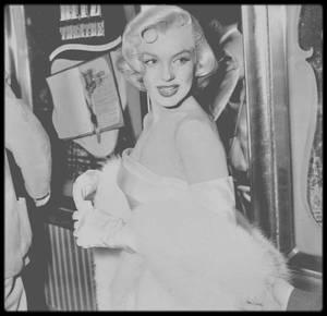 """4 Mars 1953 / (PART III) Accompagnée de Joe, Marilyn se rend à la Première de la pièce """"Call me madam"""", dont le rôle principal est jouée par Ethel MERMAN, une de ses partenaires dans le film """"There's no business like show business"""" ; Marilyn trouve également Donald O'CONNOR, lui aussi son partenaire dans le même film, convié à la représentation."""