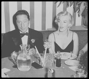 """29 Septembre 1955 / Marilyn en compagnie du compositeur Harold ARLEN au """"El Morocco"""", après avoir assistée à la pièce de MILLER """"Vu du pont"""". (boucles en strass également portées lors de la Première du film """"The rose tattoo"""",  vendues 185 000 dollars)."""