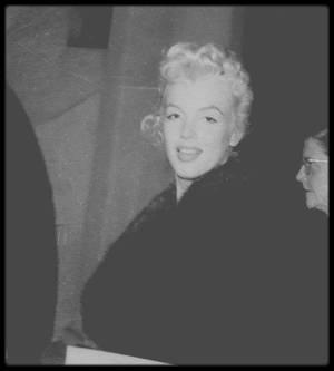 """1955 / Marilyn photographiée lors de divers moments et autres manifestations lorsqu'elle était à New York, par peut être ses deux plus grands fans du moment, James HASPIEL et James COLLINS, qui lui faisait partie du groupe de fans appelé les """"MONROE SIX""""."""