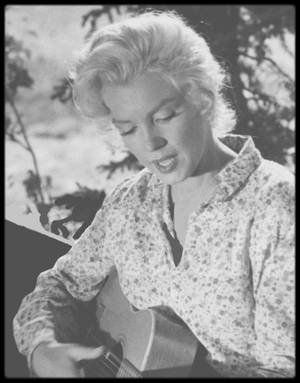 "1953 / Marilyn chante au jeune Tommy RETTIG, dans le film ""River of no return"", la chanson ""Down in the meadow""."