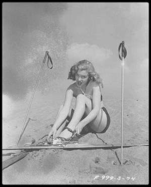 """1947 / La Fox prolongea le contrat de Marilyn de six mois et elle fit une série de photos publicitaires pour le studio (photos). Elle participa au casting du film « Carnaval » mais ne fut pas retenue. Un peu plus tard, elle fut contactée pour un engagement dans le film « Scudda hoo, scudda hey ! ». Après environ six mois de contrat avec la Fox, Marilyn était soulagée de décrocher enfin un rôle. Le studio l'envoya à """"l'Actors Laboratory"""" (Crescent Heights Boulevard, au sud de Sunset Boulevard) afin d'y suivre des cours d'art dramatique. """"L'Actors Lab"""". était issu du """"Group Theater"""" de New York, dont les fondateurs Harold CLURMAN, Cheryl CRAWFORD et Lee STRASBERG, ainsi que le dramaturge de pièces engagées Clifford ODETS, présentaient des ½uvres sur les conditions de vie des défavorisés, et prenaient position contre le capitalisme et pour la défense des idées de gauche. La troupe avait été dissoute en 1940 après dix ans d'activité, mais ses membres continuèrent d'insuffler une vitalité nouvelle au théâtre américain et, durant la décennie suivante, des acteurs du """"Group Theater"""", comme Morris CARNOVSKY et sa femme Phoebe BRAND, J.Edward BROMBERG et Roman BOHNEN continuèrent de former des acteurs, de dispenser un enseignement théâtral et de monter des pièces pour les étudiants et le public de Los Angeles. Des écrivains de théâtre, des acteurs et des metteurs en scène de Broadway venaient montrer leur travail en Californie. Les élèves étudiaient des pièces qui traitaient des difficultés des gens du monde ouvrier, permettant une discussion critique du capitalisme. Ce travail plaisait énormément à Marilyn qui avait grandi dans un environnement identique à celui décrit dans les pièces étudiées. Pendant cette année, Marilyn suivit ces cours, lu des pièces et étudia des scènes avec un nombre impressionnant d'acteurs chevronnés venus de New York. A """"l'Actors Lab."""", Marilyn trouva des thèmes récurrents (mécontentement social, dépression, conditions de pauvres privés de droits c"""