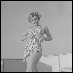 """1952 / Marilyn posant sur la terrasse du """"Beverly Carlton Hotel"""" où elle réside à l'époque."""