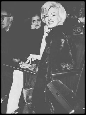 """6 Février 1962 / Marilyn et les STRASBERG assistent à une représentation de la pièce """"Macbeth"""" au """"Old Vic Theater"""" de New York."""