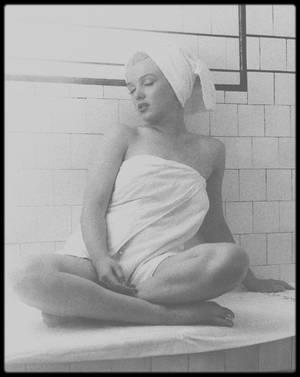 "1953 / Marilyn dans sa chambre du ""Bel Air Hotel"", sous l'objectif d'Andre DE DIENES."