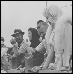 """1960 / Sur le tournage du film """"The misfits"""", lors du tournage de la scène où Marilyn assiste à un rodeo avec Clark GABLE et Montgomery CLIFT."""