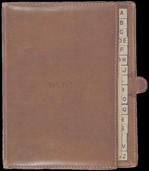 """1943-62 / """"FRAGMENTS"""" / """"Fragments"""" réunit les inédits de Marilyn, textes écrits entre 1943 et 1962. Le titre de l'ensemble est bien choisi, pour ce qui est de l'essentiel de l'ouvrage. Sont en effet photographiées et reproduites des notes écrites « çà et là », – puisqu'il s'agit tout aussi bien de feuillets arrachés, de billets, d'enveloppes ou encore de pages de répertoire. Et ces notes ont, la plupart du temps, une allure fragmentaire, semblant grignotées par le silence, le mépris de soi, la peur, grandissante, monstre de peur. Car, si l'on peut se poser la question de l'intérêt qu'il y a à réunir ainsi des fragments et à leur donner la forme – fallacieuse eu égard à leur origine et à leur élan – du livre, cette question cesse aussitôt d'insuffler son rythme dans la conscience lorsque l'on prend en considération la façon qu'ont ces écrits, si lapidaires soient-ils, de jeter une lumière – forte, crue – sur la personnalité de Marilyn, ces fragments relevant « aussi bien de la confidence, de l'observation, de l'automotivation, de l'introspection que d'un volontarisme tantôt pratique et quotidien, tantôt disciplinaire ». Les écrits – morceaux de basalte arrachés à une conscience pacifiée dynamitée – qui composent """"Fragments"""" montrent à quel point les névroses ont habité la lumière de Marilyn. Tellement forte qu'elle semble encore vivre au présent, sur les photographies que l'on a d'elle, et qui ne résultent pas de l'accomplissement d'une pose. C'est-à-dire sur les photographies capturant sans qu'elle le sache des instants de son élan enfantin, ouvert, clarté assourdissante, musicale clarté. Son élan tellement ouvert ; accueil sans contours. Et effarouché. Et ce, très profondément – jusque dans son rire, son sourire. Mais l'intérêt majeur de cet ouvrage résulte en ceci : parmi ces notes se cachent d'authentiques et beaux poèmes. Vibrants, amenant une sincérité à trouver, dans les mots, les inflexions d'un c½ur. Intérêt tout à la fois esthétique et documentaire. Car ce"""