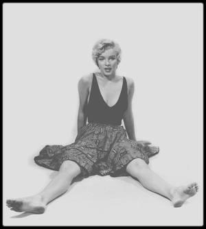 """1954 / Marilyn sous l'objectif de Sam SHAW (photo) découvrant et sélectionnant des épreuves photographiques d'une session avec Philippe HALSMAN, prise la même année, lors du tournage du film """"The seven year itch""""."""