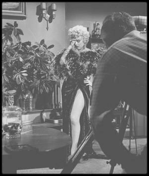 """1954 / (PART II) Marilyn lors du tournage du film """"The seven year itch"""", dans une scène où elle parodie l'actrice Mäe WEST, qui finalement sera coupée au montage, WILDER n'aimant pas la prestation de Marilyn dans ce rôle."""
