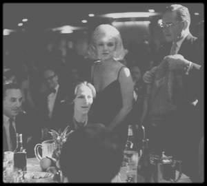 """13 Mars 1961 / (PART III) Marilyn se rend, accompagnée de Lee et Paula STRASBERG, à un gala de charité dont les bénéfices seront reversés à la fameuse école d'acteurs, """"L'Actors Studio"""" dirigée alors par Lee ; Marilyn mettra aux enchères ce soir là, le vison avec lequel elle est arrivée. Marilyn est alors célibataire, elle vient de divorcer avec MILLER, elle s'ennuie, esseulée, elle boit plus que de raison."""