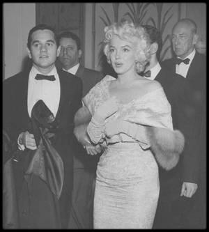 """9 Mars 1955 / (PART IV) Marilyn et Milton GREENE sont conviés à la Première du film """"East of eden"""" ; pour l'occasion, Marilyn jouera les ouvreuses."""
