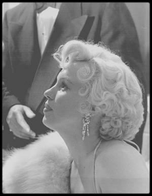 """8 Mars 1954 / (PART III) Marilyn reçoit le prix """"Photoplay Magazine"""" en tant que meilleure actrice pour ses prestations dans les films """"Gentlemen prefer blondes"""" et """"How to marry a millionaire"""", au """"Beverly Hills Hotel"""". Fred SAMMIS, Alan LADD ou encore Sidney SKOLSKY, entre autres, étaient à la soirée."""