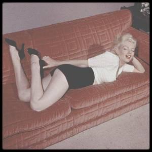 3 Juillet 1953 / Marilyn dans son appartement sur Doheny Drive, sous l'objectif de Bob BEERMAN.