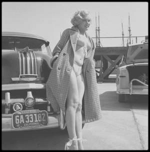 1951 / Marilyn posant pour Earl THEISEN, devant une Pontiac Chieftain, près des studios de la FOX.
