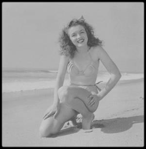 1945 / Pour se rafraîchir, allons faire un tour du côté de la plage avec Norma Jeane...