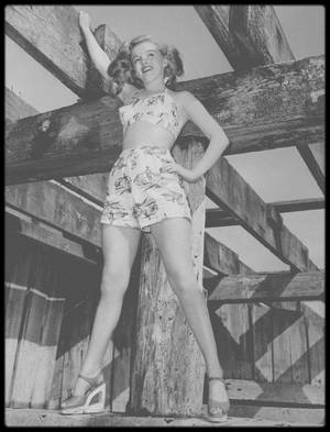 """1947 / Deux semaines avant l'expiration de son contrat, Marilyn fut envoyée sur les lieux, parmi d'autres, avec les compliments de la Twentieth Century Fox. Sur place, elle fut dévolue à John CARROLL, acteur et chanteur de renom. Il avait quarante et un ans et un physique de séducteur  qui lui avait souvent valu d'être comparé à Clark GABLE ou George BRENT. Enrichi à la suite de placements judicieux, il était marié avec Lucille RYMAN, la fameuse dénicheuse de talents de la Métro Goldwyn Mayer. Mécènes à leurs heures, les CARROLL prodiguaient un soutien aussi bien moral que pécuniaire à de jeunes débutantes. Lucille RYMAN pensait à l'époque que Marilyn ne pourrait pas intéresser les patrons de la MGM. Elle était belle, sexy, mais n'avait pas la classe que Mr MAYER recherchait chez ses vedettes en cette année 1947. Elle continua à poser comme modèle et poursuivait ses cours à """"l'Actors Laboratory"""". Ces quelques mois à étudier virent surgir de nouveaux aspects de son caractère qui dominèrent toute sa vie. Il y avait en elle un profond conflit, car elle était déchirée entre le désir de l'acteur de plaire et de se faire aimer, et une aspiration artistique, une soif d'apprendre. Complexée par une scolarité écourtée, elle était toujours attirée par les hommes et les femmes cultivés qui pouvaient enrichir ses connaissances en théâtre, en littérature ou en histoire. Elle avait une profonde compassion pour les pauvres et les faibles (avec qui elle s'est toujours plus ou moins identifiée) dans sa vie comme dans la fiction. C'est au contact des acteurs qu'elle rencontra à """"l'Actors Laboratory"""" (et du genre de théâtre qu'ils défendaient) qu'elle prit conscience de toutes ces aspirations, durant cette année 1947. Sous la férule de Phoebe BRAND, Marilyn étudia de nombreux extraits de pièces qui avaient été jouées à New York par le """"Group Theater"""". Lors des discussions qui suivaient invariablement chaque répétition, Phoebe BRAND expliquait aux étudiants que de telles contradictions"""