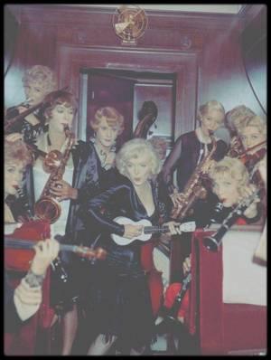 "1958 / Marilyn chante la chanson ""Runnin' wild"" tout en jouant du ukulele, dans le film ""Some like it hot""."