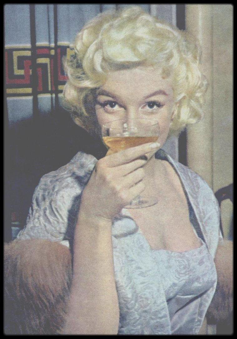 AMBASSADRICE DE CHARME POUR LA FRANCE MALGRE ELLE / Marilyn adorait le champagne, avec une préférence pour le Dom PERIGNON 1953 et comme tout le monde le sait, portait le parfum CHANEL n° 5... Cocorico !
