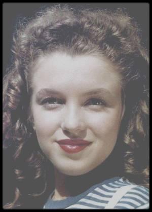 """1945 / Norma Jeane sous l'objectif de David CONOVER / David CONOVER est en fait le premier photographe à avoir repérer la jeune Norma Jeane au début de l'année 1945 dans son usine de la """"Radio Plane Corporation"""" de Burbank. Il est celui à l'origine de la carrière de Marilyn. Suite au départ de Jim sur un navire de l'Armée en 1944, la jeune femme se retrouva seule et dû subvenir à ses besoins. Elle s'installa tout de même chez sa belle-mère. Elle commença donc à travailler pour l'effort de guerre au sein de la """"Radio Plane"""". Son travail n'était pas bien plaisant mais il fallait bien vivre !  Au début de l'année 1945, un service de photographes de l'Armée, le """"First Motion Picture"""" qui opérait sous le contrôle des studios """"Hal Roach"""" dont le commandant n'était autre qu'un certain Ronald REAGAN,  investit l'usine pour trouver des femmes en plein effort de guerre pouvant remonter le moral des troupes envoyées dans le Pacifique… """"la girl next door"""". Parmi eux, le jeune David CONOVER. Il remarqua Norma Jeane parce qu'  » elle avait dans les yeux quelque chose qui me touchait et m'intriguait ». Les premières photos de Norma Jeane furent donc prises sur son lieu de travail. CONOVER ne s'était pas trompé ! Le talent inné de Norma Jeane a capté l'oeil de l'appareil lui sauta à la figure. Il lui demanda si elle voulait poser pour d'autres clichés en dehors de son travail. Norma Jeane accepta de suite surtout lorsqu'elle apprit qu'elle serait payé 5 dollars de l'heure c'est à dire beaucoup plus que pour son travail à l'usine ! David voulaient prendre des photos couleurs dans un décor réel. A l'été 1945, ils partirent pour un petit périple en Californie. David CONOVER connaissait des photographes professionnels à qui il montra son travail avec Norma Jeane, dont Potter HUETH qui s'intéressa à ce nouveau modèle. Elle commença à poser pour lui. La seule promesse était d'être payée après la vente des clichés. Les photos de Norma Jeane commencèrent à être vendue… elle quitta son trav"""