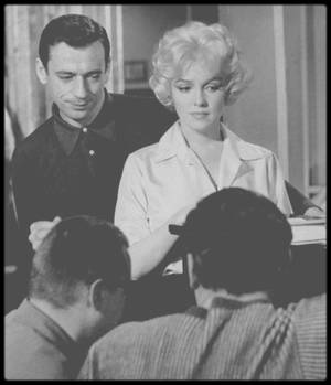 """1960 / Marilyn et MONTAND répétant une scène musicale dans le film """"Let's make love""""."""
