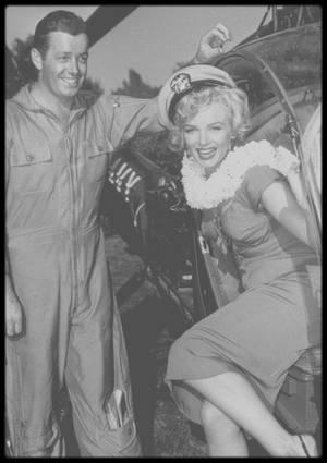 """3 Août 1952 / (PART X) Marilyn est conviée chez le chef d'orchestre et trompétiste Ray ANTHONY, à l'occasion d'une fête donnée en son honneur par les studios de la FOX ; la légende veut qu'elle soit arrivée à bord du dernier hélicoptère """"à la mode"""", coup de pub, alors qu'elle arrivera en voiture. Mickey ROONEY était également de la party, et une chanson fut créée pour Marilyn en cette occasion (voir tags Chanson)."""