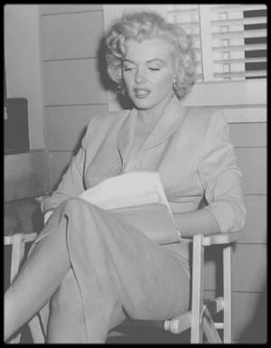 """1952 / MARILYN PAR HENRY HATHAWAY / « Pour """"Niagara"""", en 1953 (date de sortie du film), avez-vous eu des difficultés avec Marilyn MONROE ? Henry HATHAWAY : C'était une fille merveilleuse, merveilleuse... Sensible, timide, craintive. C'est très curieux : aujourd'hui les films ont toute la vulgarité qui était réservée aux peep-shows, aux nickelodeons et aux penny arcades. Si vous vouliez voir une fille qui se déshabillait, vous alliez voir un peep-show. Mais maintenant, elles le font dans tous les films ! Alors que Jean HARLOW et Marilyn MONROE exprimaient toute leur sensualité sans jamais se déshabiller dans une seule scène.   - Vous avez parlé de la démarche de Mäe WEST. Vous avez également filmé celle de Marilyn de façon très spectaculaire. Henry HATHAWAY : Dans le plan général où elle s'éloigne en se dandinant, oui. Et elle a toujours gardé ce dandinement par la suite.   - C'est elle qui l'a inventé ? Henry HATHAWAY : Elle ne l'a pas inventé. C'est moi qui lui ai dit de le faire. Elle avait une robe très serrée et en fait, je lui ai dit d'aller retirer sa culotte parce qu'on voyait les marques sous sa jupe. Elle a retiré sa culotte et s'est déhanchée encore plus ! » (« Interview de Henry HATHAWAY », """"Cinématographe"""", octobre 1983) / HISTOIRE DU TAILLEUR BLEU / Cet ensemble tailleur jupe veste a été conçu par la célèbre costumière de cinéma, Dorothy JEAKINS pour le film """"Niagara"""" tourné l'été 1952 à la frontière canadienne. Dorothy JEAKINS s'occupa de tous les costumes du film. Marilyn fit les essais de test costumes le 21 mai 1952 (voir photo). C'est une tenue moderne et classique à la fois, très près du corps, à la veste cintrée et dont la jupe, longue, dessine parfaitement les courbes de Marilyn. Elle porte la tenue avec des sandales ouvertes blanches. Il semblerait qu'elle ne porte pas de chemisier sous la veste, mais peut-être est-elle en soutien-gorge ou a-t-elle un fin corsage ? !  Dans """"Niagara"""", Marilyn porte ce tailleur dans une courte scène où son person"""