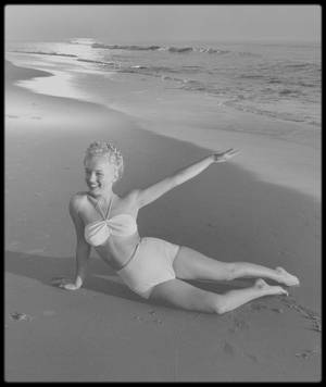 1946 / Young Marilyn by Andre DE DIENES.