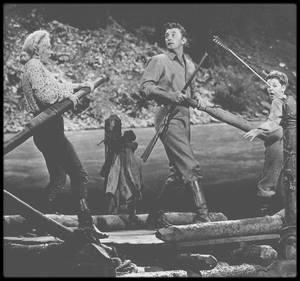 """1953 / Marilyn, Robert MITCHUM et le jeune Tommy RETTIG lors du tournage de la scène du radeau descendant la fameuse rivière sans retour dans le film du même nom (""""River of no return""""). / LIEU DE TOURNAGE / (Biensûr pour des raisons évidentes de sécurité et d'assurance, à l'époque, les scènes du radeau dans les rapides furent tournées en studio) La rivière Athabasca est la plus longue rivière en Alberta (1538 km). Ses 168 premiers kilomètres, situés dans le parc national Jasper, forment l'une des rivières du patrimoine canadien. La rivière Athabasca est l'un des affluents du fleuve Mackenzie, et ses eaux se déversent donc tôt ou tard dans l'océan Arctique. Le débit de l'Athabasca est à son plus haut en été et à son plus bas en hiver, et la rivière est couverte de glace de la mi-novembre à la mi-avril. / PARCOURS / Les sources de la rivière Athabasca sont situées sur les versants est des Rocheuses, au champ de glace Columbia. Elle coule ensuite en direction nord-est, traversant les pics montagneux du parc national Jasper et leurs contreforts, puis rejoint les rivières Berland et McLeod avant d'entrer dans une région de forêt boréale. Entre Whitecourt et Athabasca, la rivière est rejointe par la rivière Pembina et la Petite rivière des Esclaves (alimentée par le Petit lac des Esclaves). En amont de la ville d'Athabasca, la rivière Athabasca et plusieurs de ses affluents (dont les rivières Clearwater, MacKay, Ells, Firebag et Richardson) traversent les gisements de sables bitumineux de l'Athabasca. Environ 200 km après Fort McMurray, la rivière Athabasca se divise en deux lits principaux et passe près du parc national Wood Buffalo avant de traverser le delta Paix-Athabasca et de se jeter dans le lac Athabasca. / ECOLOGIE, FAUNE ET FLORE / La rivière Athabasca traverse quatre régions écologiques, chacune abritant une faune et une flore riche et variée : les Rocheuses, les forêts des contreforts, les prairies tempérées et les forêts boréales. La végétation des Rocheuses """