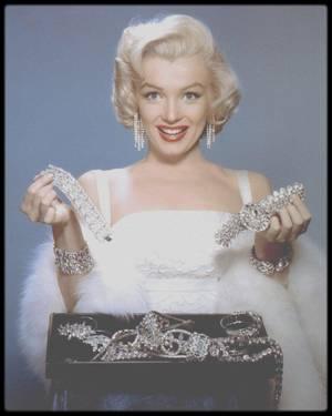 """1953 / Marilyn écoutant les conseils du photographe John FLOREA en vue d'une session photos publicitaires pour le film """"How to marry a millionaire""""."""