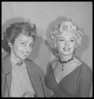 """1953 / Marilyn, Jane RUSSELL, Natasha LYTESS et Charles COBURN sur le tournage du film """"Gentlemen prefer blondes"""". Marilyn porte une tenue créée par TRAVILLA."""