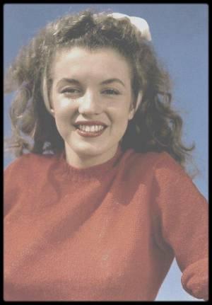 1945 / On arrive à l'automne, sur la plage, un petit pull est de rigueur, Norma Jeane du côté de Malibu sous l'objectif d'Andre DE DIENES.