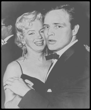 """12 Décembre 1955 / (PART IV) Marilyn arrive à la Première de la pièce de théâtre """"The rose tattoo"""", où elle retrouvera son amie Patricia ROSTEN, et son amant du moment, Marlon BRANDO."""