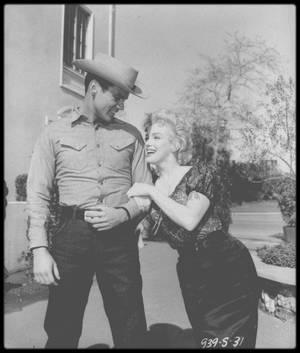 """8 Mars 1956 / Marilyn et Don MURRAY, partenaire dans le film """"Bus stop"""", dont c'est son premier film, dans les studios de la Fox, avant leur départ pour l'Arizona, à Phoenix, pour les extérieurs du film ; C'est également lors du tournage de """"Bus stop"""", que Don MURRAY rencontrera pour la première fois l'actrice Hope LANGE, avec qui il restera marié 5 ans et aura 2 enfants."""