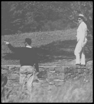"""1958 / Juin, Marilyn, Arthur et sa fille Jane, dans le jardin de la propriété de MILLER, à Roxbury, sous les objectifs de paparazzis. / Le comté de Litchfield (Connecticut) était une zone rurale peu peuplée, avec des vaches, des murets de pierre, des fermes blanches en bois du 18ème siècle et des granges rouges si typiques près des silos à grain. Première maison d'Arthur MILLER : à l'intersection de Old Tophet Road et Gold Mine Road : MILLER l'acheta pendant l'hiver 1947. A cette époque il était marié avec sa première épouse Mary Grace SLATTERY : C'était une charmante maison de sept pièces aux fenêtres peintes en blanc avec des volets à lattes et une cheminée. La propriété comptait 22 hectares de terres et un court de tennis. Son cousin, Morton MILLER, possédait lui aussi une maison non loin de là. C'est dans cette maison que le 29 juin 1956 Arthur et Marilyn donnèrent une conférence de presse pour annoncer leur mariage (voir blog). C'est près de cette maison que se tua la journaliste Mara SCHERBATOFF, (journaliste à """"Paris Match"""", FRANCE), le jour de leur mariage. Marilyn contacta Frank Lloyd WRIGHT qui lui propose un nouveau plan de maison : une salle de séjour circulaire avec un centre en contrebas, surmonté d'un plafond en dôme de près de 20m de diamètre, avec vue sur la piscine, ainsi qu'une chambre principale, une chambre d'amis et une salle de conférence. Après leur mariage MILLER vendit la maison pour 29 500 $. La recette de cette vente servit à acheter la deuxième maison. Deuxième maison : 323 Tophet Road. Il l'acheta en octobre 1957. Elle n'était éloignée que d'un kilomètre de l'autre. C'était une maison de campagne à un étage, construite en 1783, avec 130 hectares de terrain qui passèrent ensuite à 200, planté d'arbres fruitiers. Elle appartenait à la famille TANNER depuis 175 ans. Le corps de ferme avait des murs blancs, de hauts plafonds et d'épaisses poutres en bois de bateau. Entre 1957 et 1960, ils y passèrent beaucoup de temps. Après leur séparation"""