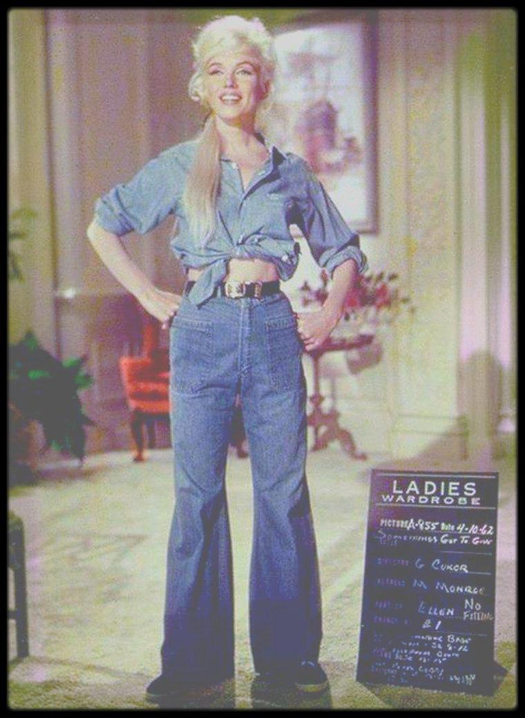 """1952-62 / ESSAIS COSTUMES / Voici un exemple de costumes et accessoires non retenus, créés pour Marilyn qu'elle devait porter dans les films """"Niagara"""", """"There's no business like show business"""", """"How to marry a millionaire"""", """"Don't bother to knock"""", """"River of no return"""" ou encore """"Something's got to give"""", la plupart par William TRAVILLA, qu'elle ne portera pas à l'écran."""