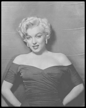 1952 / Pour mon millièrme article, j'ai choisi ces huits portraits de Marilyn, mes préférés pour ce qui est des photos dites Studios, prisent par le photographe Frank POWOLNY, ainsi qu'une lettre adressée, en 1961, à son psychiatre Ralph GREENSON.