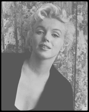 """22 Février 1956 / Marilyn déjeune au """"Waldorf Astoria"""" avec la  journaliste Elsa MAXWELL ; plus tard dans la journée, elle fera une séance photos avec Cecil BEATON. / Elsa MAXWELL, née le 24 mai 1883 à Keokuk (Iowa), morte à New York, le 1er novembre 1963, était une chroniqueuse américaine, écrivain et organisatrice de soirées mondaines. Elle commence sa carrière comme pianiste puis rejoint une troupe de théâtre au début des années 1900 avant de se produire dans des spectacles de music-hall. Elle voyage alors beaucoup, notamment en Europe et en Afrique du Sud. Après la Première Guerre mondiale, elle se spécialise dans l'organisation de soirées et de réceptions pour les personnalités en vue de l'époque. Elle loue des salles à Monaco et à Venise, invite des artistes et veille éventuellement à imposer un thème. Après avoir tenté sa chance à Hollywood, où elle participe à quelques films sans grand succès, elle décide de profiter des soirées qu'elle organise ou auxquelles elle est invitée pour rédiger des chroniques qu'elle fournit à la presse et à la radio. Les fêtes qu'elle organise deviennent le rendez-vous des aristocrates et des vedettes de l'écran, des milliardaires et des starlettes. Elle alterne bals costumés et « Murder Party », se met parfois au piano et observe soigneusement les invités pour alimenter ses chroniques. C'est lors d'une de ses soirées à Cannes en 1948 que Rita HAYWORTH rencontre le prince Ali KHAN. Et c'est elle qui présente Maria CALLAS à Aristote ONASSIS, au cours d'une soirée vénitienne en 1957.  Sous ses dehors enjoués, Elsa MAXWELL aurait été une lesbienne qui aurait notamment tenté de séduire La CALLAS. Auteur de quatre livres, de plusieurs scénarios de films et de chansons, elle apparaît aussi dans des séries télévisées et dans le film """"Le Cabaret des étoiles"""" (""""Stage Door Canteen"""") de Frank BORZAGE, en 1943, aux côtés de Judith ANDERSON et d'autres acteurs. Elle tente un moment de se lancer dans l'édition en lançant, en 1953, le magazine """