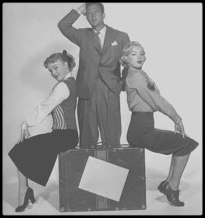 """1951 / Photos promotionnelles du film """"Love nest"""" avec June HAVER et William LUNDIGAN ; """"Nid d'Amour"""" le onzième film tourné par Marilyn lui valut une audience plus large ; désormais le public la reconnaissait. Jack PAAR, son partenaire, jouait le rôle d'un avocat aux dents longues. PAAR qui, jusqu'alors, avait interprété des rôles mineurs pour le compte de la R. K. O. fit ultérieurement la preuve de ses capacités à la télévision. Le magazine """"Film Daily"""" aura comme critique : """"Peinture légère d'un inestissement réalisé par un soldat démobilisé, manoeuvré par sa femme alors qu'il servait outremer ; il place ses économies dans l'achat d'un immeuble délabré de Manhattan. """"Love Nest"""" est une aimable comédie qui doit beaucoup au talent et au savoir de Frank FAY. Chose rare, il joue avec aisance, avec faconde et d'une manière extrêmement élaborée, prononçant toujours le mot juste au moment qu'il faut. Leatrice JOY participe également au numéro et met beaucoup de chaleur dans le personnage qu'elle incarne. Marilyn MONROE fait montre des mêmes qualités et June HAVER joue la jeune femme que le délabrement de l'immeuble qu'ils habitent inquiète et perturbe."""