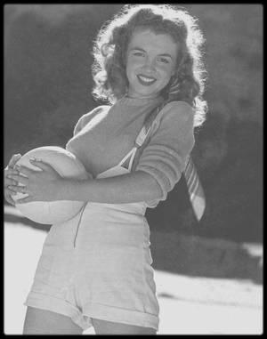 1945 / Sur une plage de Malibu, Norma Jeane pose pour Andre DE DIENES.