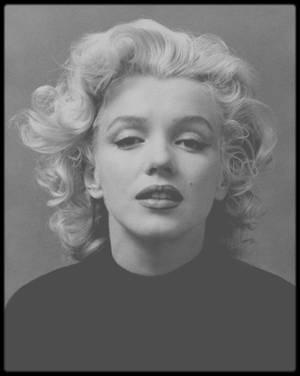 Novembre 1953 / Marilyn sous l'objectif de Ben ROSS, session photos à ne pas confondre avec celle d'Alfred EISENSTAEDT, la même année, où Marilyn porte ce pull noir à col roulé.